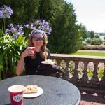 Przerwa na kawę, w tle widok na zadbane zieleńce i miasto