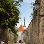 Spacerkiem wzdłuż murów – w głębi wieża kościoła św. Olafa