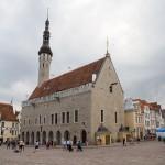 """Gotycki gmach ratusza. Na szczycie wieży znajduje się symbol Tallina – Vana Toomas, czyli """"Stary Tomasz"""",  trzymający w prawej ręce łopoczącą na wietrze flagę."""