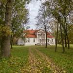 Wódki – ładny dwór z okazałym portykiem i łamanym dachem polskim