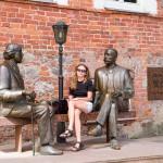 """""""Oscar i Eduard Wilde"""" – rzeźba przedstawia rozmowę pomiędzy irlandzkim poetą Oscarem Wildem a estońskim romantykiem Eduardem Wildem. W rzeczywistości obaj panowie nigdy się nie spotkali. W tyle za ławeczka znajdują się mury dawnej drukarni, której właściciel nosił również nazwisko Wilde Peter Ernst."""