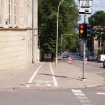 Wymalowane paski i jest droga dla rowerów. Uwaga na krawężniki