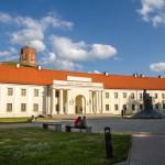 Litewskie Muzeum Narodowe, w tle baszta Giedymina