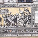 """Orszak książęcy  – malowidło ścienne zdobiące zewnętrzną ścianę gmachu """"Langer Gang"""". Malowidło stanowi największy na świecie ceramiczny obraz ścienny"""