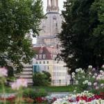 Tarasy Brühla są elementem trasy spacerowej wiodącej nad Łabą i znajdującej się w najbliższym sąsiedztwie drezdeńskich atrakcji turystycznych. Zostały one zbudowane na pozostałościach drezdeńskich umocnień