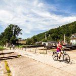 Na pierwszym planie co raz bardziej popularne rowery elektryczne, w tle widoczna zabytkowa winda w Schandau