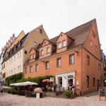 Niepowtarzalny klimat tworzą liczne kawiarnie i restauracje, które wypływają na wąskie, często strome i brukowane uliczki