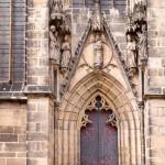 Jedno z dwóch wejść prowadzących z zewnątrz bezpośrednio do wnętrza kościoła