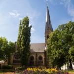 Kościół pw. Wniebowstąpienia. Zielony skwer – miejsce sotkań i odpoczynku