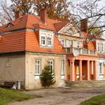 Dwór z początku XX w, parterowy kryty dachem mansardowym