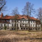 Karczewo. Pałac został przebudowany w 1908 r. Widok od strony parku. W tle widoczne zabudowania folwarczne