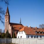 Kamieniec. W oczy rzuca się strzelista wieża neogotyckiego kościoła z 1908-10r