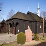 Parzęczewo. Drewniany kościół pw. Św. Michała z 1774r. Przy nim drewniana dzwonnica
