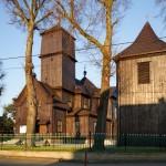 Łęki Wielkie. Drewniany kościół z 1776 r. Obok kościoła drewniana dzwonnica i grobowiec Kęszyckich