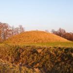 Łęki Małe. Kamienno-ziemne kopce kryjące groby