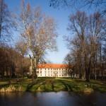 Zamek Suski w otoczeniu parkowym