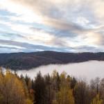 Wschód słońca za pasmem Jałowieckim. W dolinie mgły nad Stryszawką