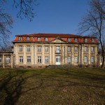 Czacz. Niegdyś stał tu wczesnobarokowy pałac z 1650. Obecny obiekt z początki XIX w po kilku przebudowach