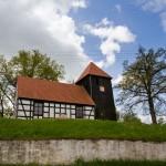 Osiek Drawski. Szachulcowy kościół z drugiej połowy XVIII w, przy 400 letniej brukowanej drodze