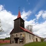 Ostrowice. Na małym wzgórzu kościół z 1697 r