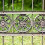 Bonikowo. Brama do parku.  W parku ostały się jedynie ruiny pałacu