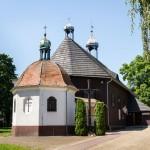 Łódź. Drewniany kościół św. Jadwigi zbudowany w XVII w, obok drewniana dzwonnica