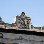 Głuchowo. Pałac – czterokolumnowy portyk, na górze tablica z herbem