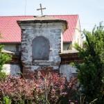 Iłówiec. Wkomponowana w ogrodzenie przedwojenna kapliczka św. Wawrzyńca