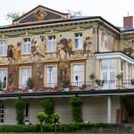 Villa Prym. Wybudowana w 1893 dla miejscowego fabrykanta Gustawa Prym. W 1906 fasada ozdobiona została freskami w stylu secesyjnym.  Przedstawiają m.in. córkę i zięcia właściciela willi na przejażdżce konnej