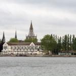 Hotel – Steigenberger Inselhotel – mieści się w podominikańskim klasztorze. W tle budowle starego miasta – wieże kościołów i katedry