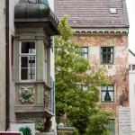 Zdobione elewacje, balkony, wykusze, kolorowe okiennice. Warto przystanąć i zadrzeć głowę do góry
