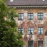 """Kamienica """"Zum Hohen Hafen"""" – """"Do wysokiego portu"""" – średniowieczny budynek został na przełomie wieków XIX/XX udekorowany malowidłami ściennymi przez niemieckiego artystę Carla von Häbelin"""