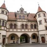 """Ratusz – składa się z dwóch budynków pomiędzy którymi jest dziedziniec. Jeden powstał w XVI w. i był siedzibą cechu tkaczy, drugi to  """"Haus zum Thurgau"""""""