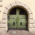 Brama wejściowa okuta żelazem