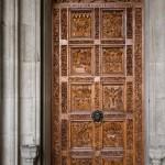 Jedne z dwóch drzwi wejściowych do katedry. Każde z drzwi ozdobione jest dziesięcioma płaskorzeźbami  przedstawiającymi sceny z życia Jezusa