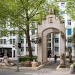 """Fontanna Lenka (Lenk-Brunnen) zwana jest także Łukiem Triumfalnym Konstancji (Konstanzer Triumphbogen), lub Fontanną-Altanką (Laube-Brunnen). Zdobi ją figura kobieca zwana Piękną Konstancją (Konstanze – Die Schöne). Inne figury to: """"Mrówkojad z Widokiem na Dorodną Konstancję"""" (""""Erdferkel mit bebrilltem Aufblick – zur drallen Konstanze"""") """"Stoicka Małpa"""" (""""Stoischer Affe""""), """"Pozbawione Szacunku Plucie do Fontanny"""" (""""Respektloses Brunnenspucken""""). Twórcą fontanny jest rzeźbiarz Peter Lenk"""