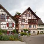 Gottlieben. Stare szachulcowe domy rzemieślników znajdują obecnie nowe zastosowanie – tu mieści się atelier. Na dachu dobudowano balkon