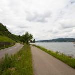 Berlingen leży nad brzegiem Untersee, stanowiącego część Jeziora Bodeńskiego.  Powyżej mamy ścieżkę rowerową, drogę dla samochodów oraz linię kolejową.