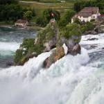 Rheinfall. Wzburzone wody wodospadu – przepływanie przez wodospad zostało zabronione w 1999 roku. Zdarzają się jednak śmiałkowie, którzy tego dokonują. Jeśli złapie ich policja grozi im kara do 5000 franków.