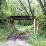 Szlak schodzi z nasypu. Może kiedyś ten wiadukt przeprowadzi rowerzystów na drugą stronę?