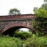 Kolejny ceglano-kamienny most kolejowy