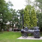 Skrzynki. W przydworskim parku ekspozycja starych maszyn