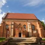 Tomice. Późno gotyki kościół ze świeżo przełożonym dachem