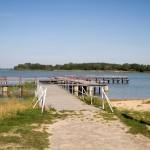 Plaża i pomost z widokiem na Jezioro Gopło