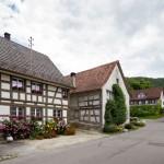 Szachulcowe budynki mieszkalne i gospodarcze w Hemishofen. Wokół kwiaty i zieleń