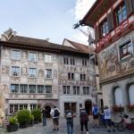Kamienice na Palcu Ratuszowym: Hotel Adler i Kamienica Graf. Malowidła na fasadzie hotelu adler są najmłodszymi malunkami w mieście. Powstały latem 1956 roku i są dziełem szwajcarskiego malarza Aloisa Carigiet