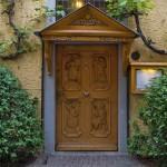 Pięknie zdobione drzwi