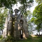 Wieleń. W parku ruina neogotyckiej kaplicy XIX w