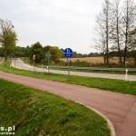 Nowa droga rowerowa. Obok zabytkowa droga brukowana