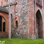 Głusko. Kościół z polnego kamienia i cegły